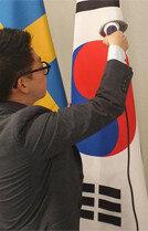 '구겨진 태극기 논란'스팀다리미까지 등장