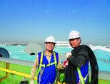 건물 지붕공사 현장을 찾은 김근기 월드비텍 대표(왼쪽). [사진 제공 월드비텍]