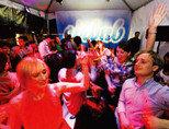 2011년 1억2000만 달러 투자를 유치하고 새 사옥에 입주한 에어비엔비(Airbnb) 임직원들이 흥겨운 파티를 벌이고 있다. 사진은 기사 내용과 관계없음. [사진 제공·뉴욕타임스]