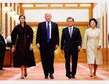 11월 7일 오후 문재인 대통령 내외와 도널드 트럼프 미국 대통령 내외가 청와대 충무실로 향하고 있다.[뉴시스]