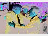 11월 7일 오후 청와대에 도착한 도널드 트럼프 미국 대통령이 차에서 내려 문재인 대통령과 반갑게 악수하고 있다. [청와대사진기자단]