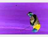 7월 중국 웨이하이시 웨이하이포인트호텔&골프리조트에서 열린 금호타이어여자오픈 1라운드 10번 홀에서 펑산산이 칩샷을 하고 있다. [사진 제공·KLPGA]