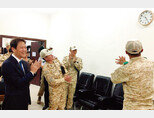 문재인 대통령 특사 자격으로 중동을 방문한 임종석 대통령 비서실장(왼쪽)이 12월 10일(현지시각) 아랍에미리트(UAE) 아크부대에 대통령 서명이 들어간 벽시계를 선물했다. [사진 제공 · 청와대]