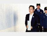 이재용 삼성전자 부회장이 지난해 12월 27일 오전 서울 서초구 서울고등법원에서 열린 삼성그룹 전·현직 임직원들의 뇌물공여 혐의 관련 항소심 결심 공판에 출석하고자 호송차에서 내려 법정으로 향하고 있다. [뉴스1]