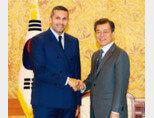 1월 9일 청와대에서 만난 문재인 대통령과 칼둔 칼리파 알 무바라크 아랍에미리트(UAE) 아부다비 행정청장. 문 대통령은 이 자리에서 자신과 아부다비 왕세제의 교차방문을 요청했다. [동아일보]