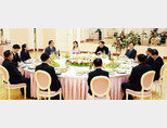 김정은 북한 국무위원회 위원장과 대북특사단이 3월 5일 저녁 평양 조선노동당 본관에서 만찬을 하고 있다. [사진 제공·청와대]