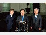 정의용 대북특별사절단 수석특사(가운데)가 3월 8일 오후 백악관 웨스트 윙 앞에서 도널드 트럼트 미국 대통령과 면담한 결과를 발표하고 있다. [사진 제공·청와대]