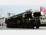 2월 8일 오후 북한  '건군절' 70주년 기념 열병식이 열린 가운데 이동식발사차량(TEL)에 실린 대륙간탄도미사일(ICBM)급 '화성-15형'이 등장한 모습을 북한 조선중앙TV가 녹화 중계하고 있다. [북한 조선중앙TV 캡처]