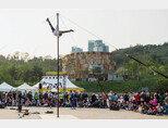 서커스창작집단 봉앤줄의 '외봉인생'. 차이니즈폴을 활용한 고공 곡예가 관객들을 숨죽이게 만든다. [조영철 기자]