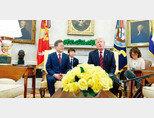"""5월 22일 태극기가 없는 곳에서 열린 한미정상회담. 도널드 트럼프 미국 대통령은 문재인 대통령이 한국어로 답변한 것을 """"전에 들었던 말이니 통역을 들을 필요가 없다""""고 말해 외교결례 논란이 일었다. [동아DB]"""