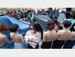 6월 2일 '불꽃페미액션' 회원들이 서울 역삼동 페이스북코리아 사옥 앞에서 상의 탈의 시위를 벌이고 있다. [뉴스1='불꽃페미액션' 페이스북]