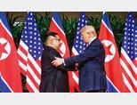 도널드 트럼프 미국 대통령(오른쪽)과 김정은 북한 국무위원장이 6월 12일 오전 북·미 정상회담이 열린 싱가포르 센토사섬 카펠라호텔에서 만나 악수를 나누고 있다. [뉴스1]