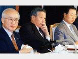 폐암수술을 받은 고(故) 최종현 SK 회장(가운데)이 국제통화기금(IMF) 구제금융 신청 직전인 1997년 9월 산소호흡기를 꽂은 채 전국경제인연합회 회장단 회의에 참석해 경제위기 극복 방안을 논의하고 있다. [사진 제공·SK]