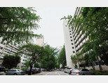 8월 26일 박원순 서울시장은 여의도·용산 통합개발계획을 보류한다고 발표했다. 사진은 여의도 재건축 단지 시범아파트 모습. [조영철 기자]