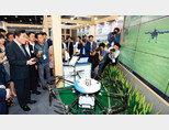 8월 31일 서울 양재동 aT센터에서 열린 '2018 A팜쇼'에서 이낙연 국무총리(맨 앞)가 가상의 '농업 드론'을 조종하고 있다. [동아일보 최혁중 기자]