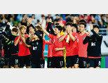 9월 11일 칠레와 평가전을 마친 축구 국가대표팀 선수들이 관객석을 향해 인사하고 있다. [동아DB]