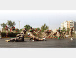 9월 22일 이란 아흐바즈에서 군사 퍼레이드 도중 발생한 총격 사건에 놀란 이란 군인들이 피신하고 있다. [AP=뉴시스]