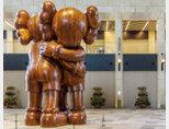 플라자 스퀘어에 설치된 팝아티스트 카우스의 'Together'.