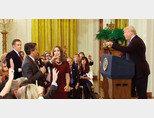 11월 7일 도널드 트럼프 미국대통령(오른쪽)과 짐 아코스타 CNN 기자가 설전을 벌이고 있다. [유튜브 캡처]