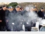 신년 첫 행사로 국립서울현충원을 참배한 문재인 대통령. [뉴시스]