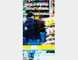 서울 시내 한 편의점에서 물품을 정리하고 있는 직원. 최근 최저임금이 급격하게 오르면서 수습 기간을 요구받는 아르바이트생이 늘어나는 추세다. [뉴스1]