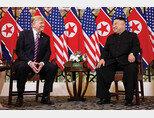 도널드 트럼프 미국 대통령(왼쪽)과 김정은 북한 국무위원장이 2월 27일 베트남 소피텔 레전드 메트로폴 하노이 호텔에서 만나 마주 보며 웃고 있다.[뉴시스]