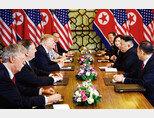 2월 28일 2차 북·미 정상회담 마지막 회담 자리에 나타난 존 볼턴 미국 백악관 안보보좌관(맨 왼쪽). 그의 깜짝 등장이 있은 뒤 미국은 하노이 합의 결렬을 선언했다. [뉴시스]
