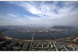 롯데월드타워 전망대에서 바라본 파란색 서울 하늘
