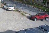 뒷바퀴 들린채…포트홀 때문에 꼼짝없이 갇힌 車