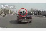 차에 매달려 3km를…'스턴트맨 경찰' 신호위반 용납 못해!
