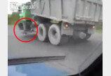"""""""앞바퀴가 투명한가?"""" 바퀴 없이도 잘나가는 덤프트럭"""