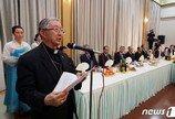 """김희중 대주교, 文 대통령에 """"바티칸에서 안부 전해달라고"""""""
