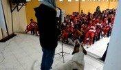 갑자기 무대 난입해 연주에 맞춰 노래하는 강아지