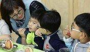 """초등생에 과일간식… """"비만 아동 체중줄여"""" 큰 호응"""