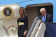 트럼프, 취임 첫 '외국땅' 사우디 도착…멜라니아 히잡은?