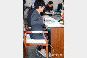 김영주 장관, 슬리퍼 신고 국감 답변