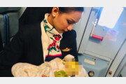 배고파 울음터트린 아기 승객에게 젖물린 20대 승무원 '감동'