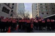 """""""이재명 탈당"""" vs """"마녀사냥 멈춰라""""… 민주당원 맞불 집회"""