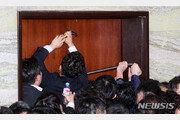 '동물국회' 문 부수려 '빠루'까지 등장…민주-한국 네 탓 공방