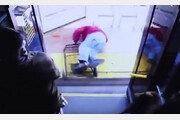 """""""빨리 내려""""…버스에서 노인 밀쳐 숨지게 한 美승객"""