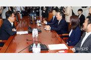 """박용만 회장, 'P2P 금융법' 법안소위 통과에 """"만세!"""""""