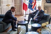 프랑스 엘리제궁 테이블에 발 올린 英 존슨 총리…무슨 일?