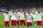 """내년 '챔피언스리그 결승전' 터키서 못 열 수도…UEFA """"터키 거수경례 조사"""""""