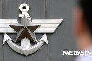 해군 3성 장군, 여군 손등에 입맞춤…보직해임 검토 중