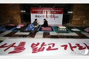 대여투쟁 선포한 한국당, 연좌농성 이어가도 지지율 하락에 '고심'
