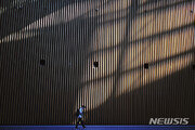 日 코로나19 신규확진 사흘째 일일 300명 넘어…누계 4570명