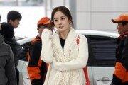 김태희 공항패션, 블랙 가죽팬츠로 남다른 각선미 '눈길'