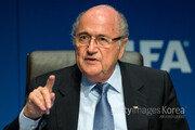 블래터 사퇴한 거 맞아?…FIFA 공식행사 참가 논란