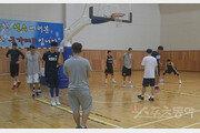 '열악한 환경' 남녀 농구대표팀의 상부상조