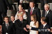 시진핑 보란듯… 문재인 대통령 손 덥석 잡은 트럼프